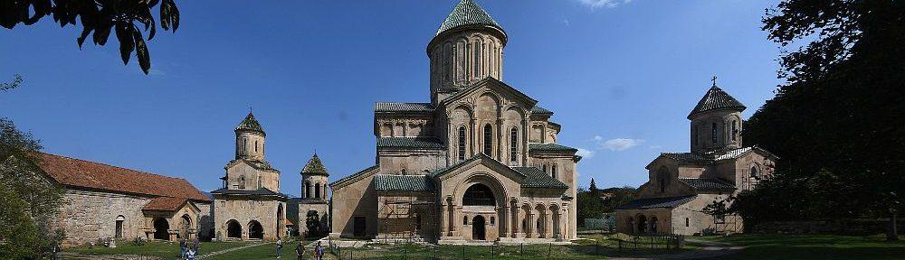 Das Kloster von Gelati. Ein Übersichtsbild das eine riesiege anlage mit drei großen Tempelgebäuden Zigt, die alle Runde Dächer haben