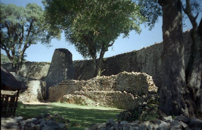 Mehrere Ineineander angelegte rund Baustruckturen. Umfasst von einer undlichen Strucktur. Eine dr Strukturen ist ein Konisch zulaufender runder Turm.