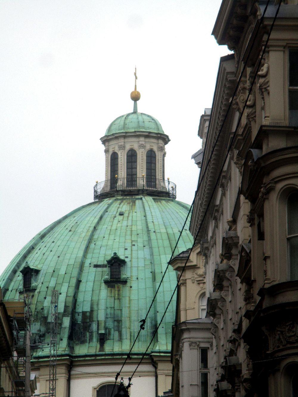 Eine Riesengroße grüne Kupferkuppel. Auf der mitte der Kuppel ist ein kleiner Leuchtturm, ebenfalls mit einer Kuppel ausgestattet.