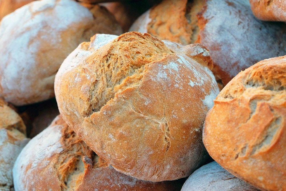 Einige Laib Brot in einem Haufen.