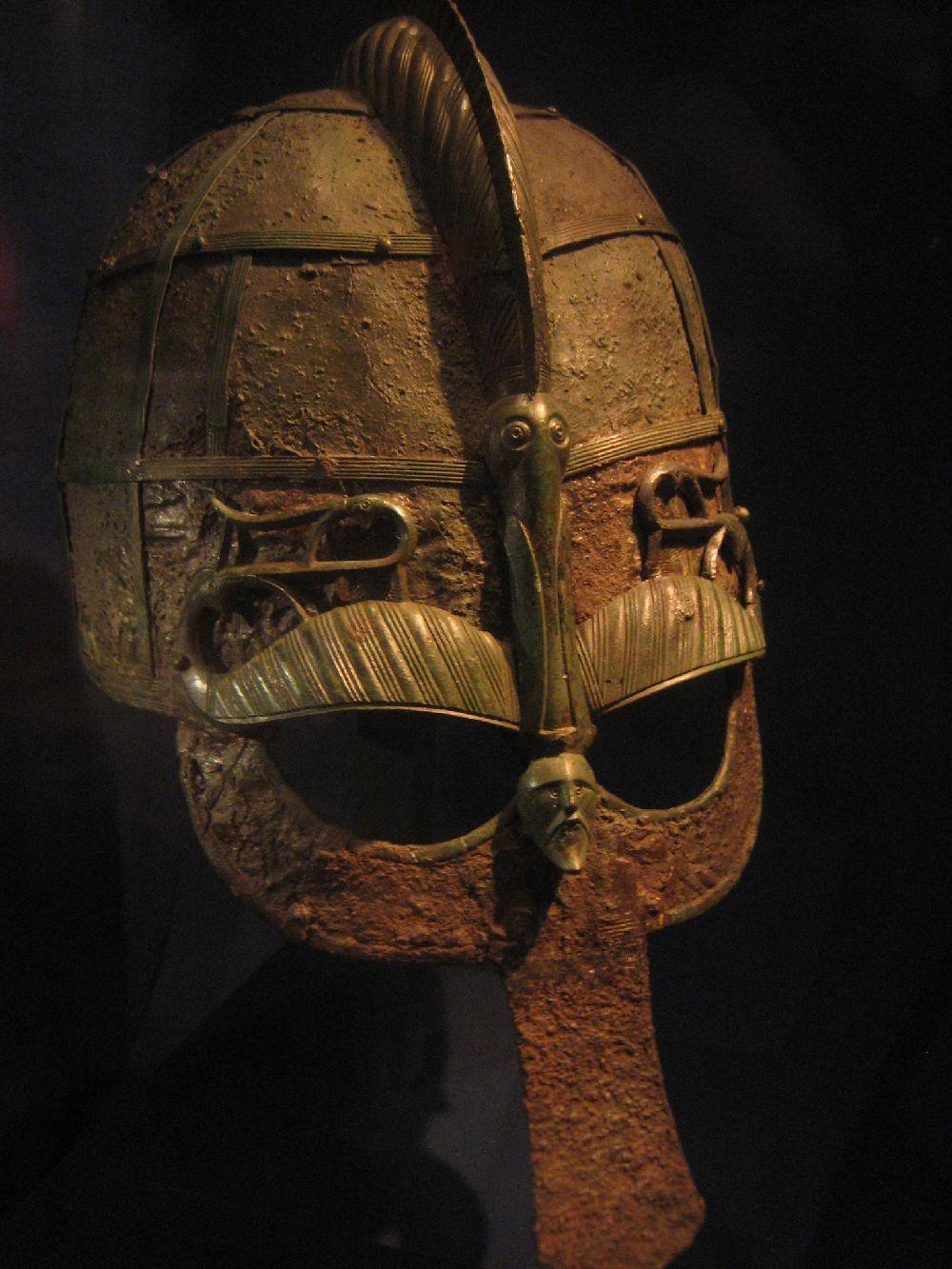 Helm mitNaseschutz ud metallaugebraue in Entennform