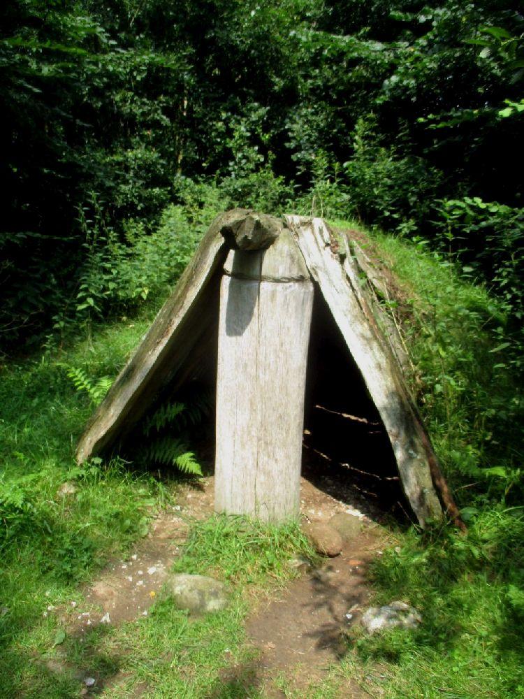 Eine Kostruktio eier Totehütte. Sie besteht aus einem mit Grass bewachsenen Holzdach.