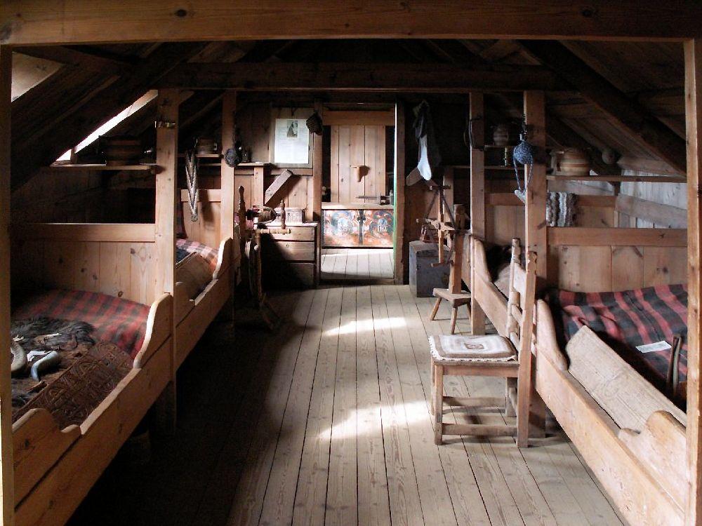 Blick in einen Voll Holzvertäfelten Raum. Links und rechts stehen Doppelbetten. aus Holz.