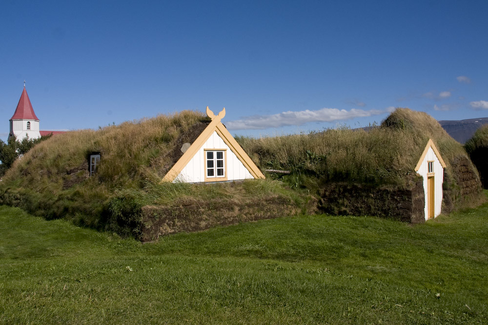 Zwei hütten die Ganz und gar aus Grass besetehen, und vom oben bis untern bewchsen sind. Eine Ausnahme bilden Dabei die Fenster die in dreieckiege Holzgiebeleinbauten eingesetzt sind.