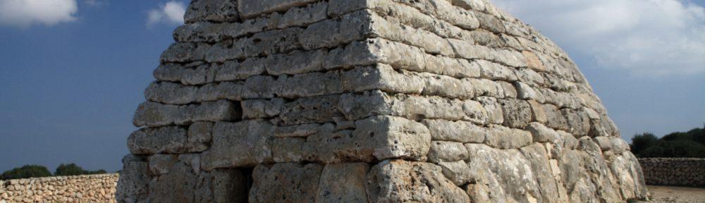 Foto des Naveta des Tudons auf der Bugseite. deutlich zu sehen ist der kleine Eingang.