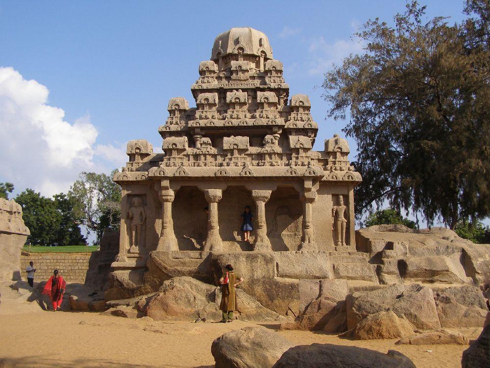 Ein Tempelbau mit einem Säulengang, und einem Dreistufiegen Pyramidenförmigen Dach.