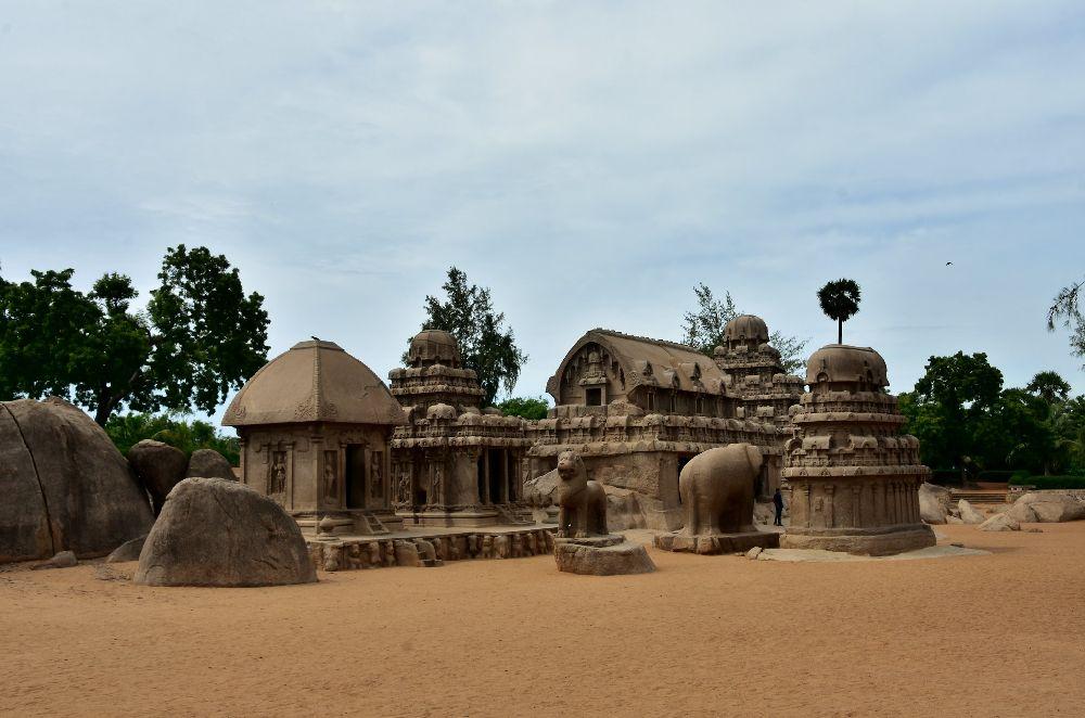 Pacha Rathas, eine Anlage aus vielen kleinen Tempalbauten, eingeschossig mit dach, dazwischen stehen Skulpturen.