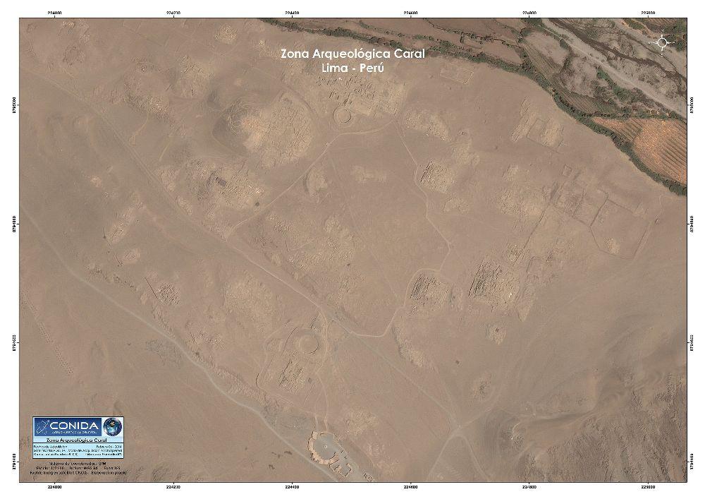 Luftbild der Stadt Caral. Eine Wüstenlandschaft aus Bräunlichen sand in der sich baustruckturen abzeichnen. Es handelt sich um ein sehr großes unüberschaubares Gebiet.