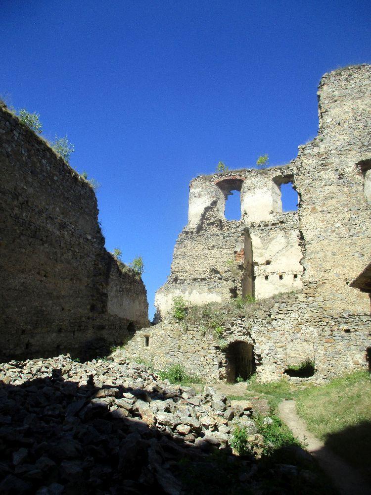 Ein Blick auf die Burgruiene, die Mauern sind teilweise Abgetragen, udn teilsweise stehen die Mauern aber noch mehrer Geschoss hoch bis dierekt daneben.