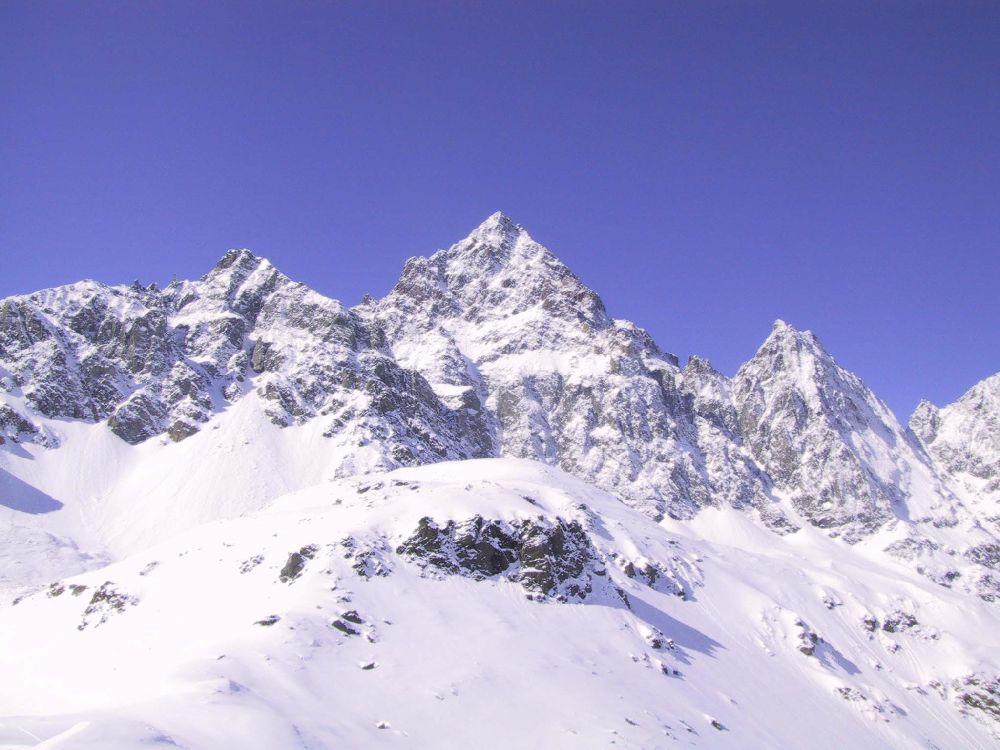 Eingeschneite Berggipfel