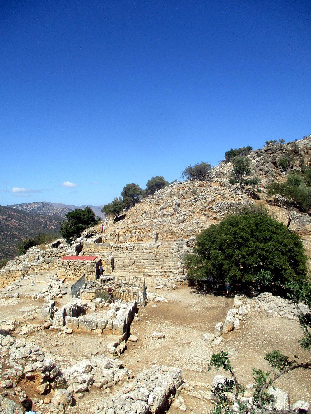 Die westhangbesiedlung der hellenistischen Siedlung Lato. Ruinen zeihen sich durchgestuft den Berghang hoch.