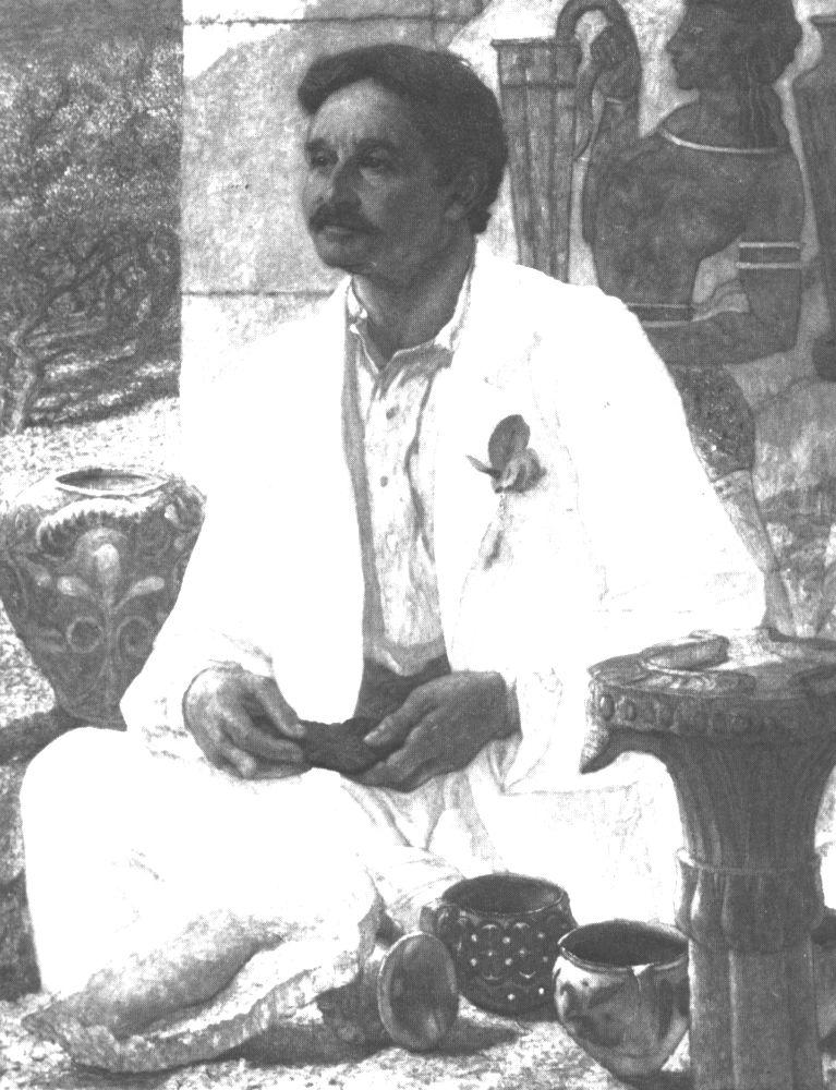 Ein schwarz-weis-Foto eines Braungebrannten Mannes mit einem Schnauzbart und kurzem dunklen haar. Der Mann trägt einen weißen anzug und sitzt im Schneidersitz auf dem Boden. Er ist umringt von unzähligen Funden aus dem Palas von Knossos.