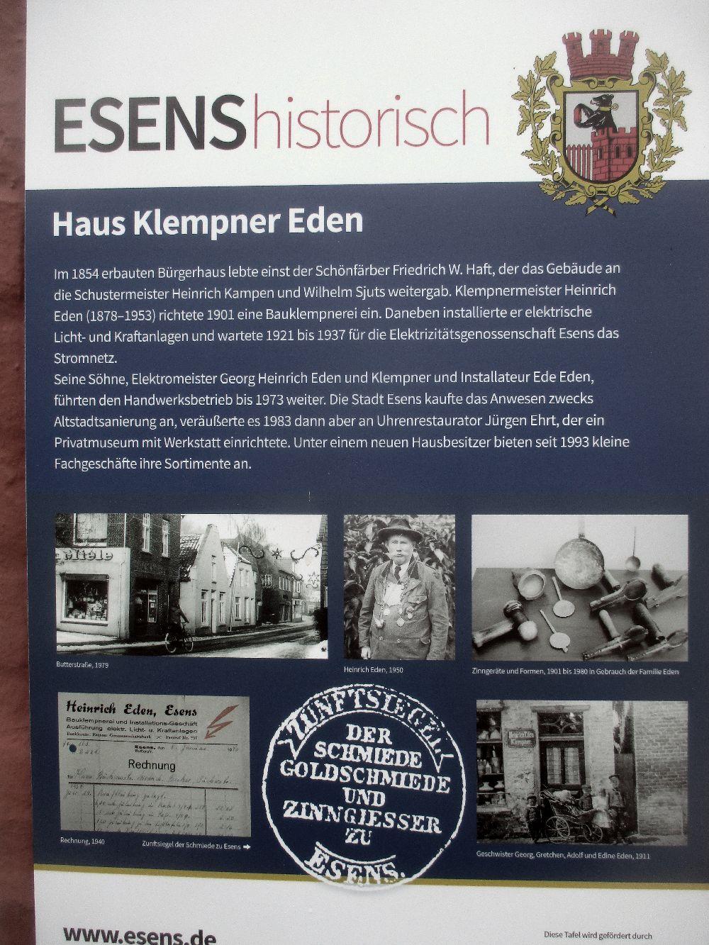Ein Blaues schild, das die Lebensgeschichte des Klempners Eden aus Esens erklärt. Dieser war im 19, Jahrhudnert der erste Elektirker des Ortes.