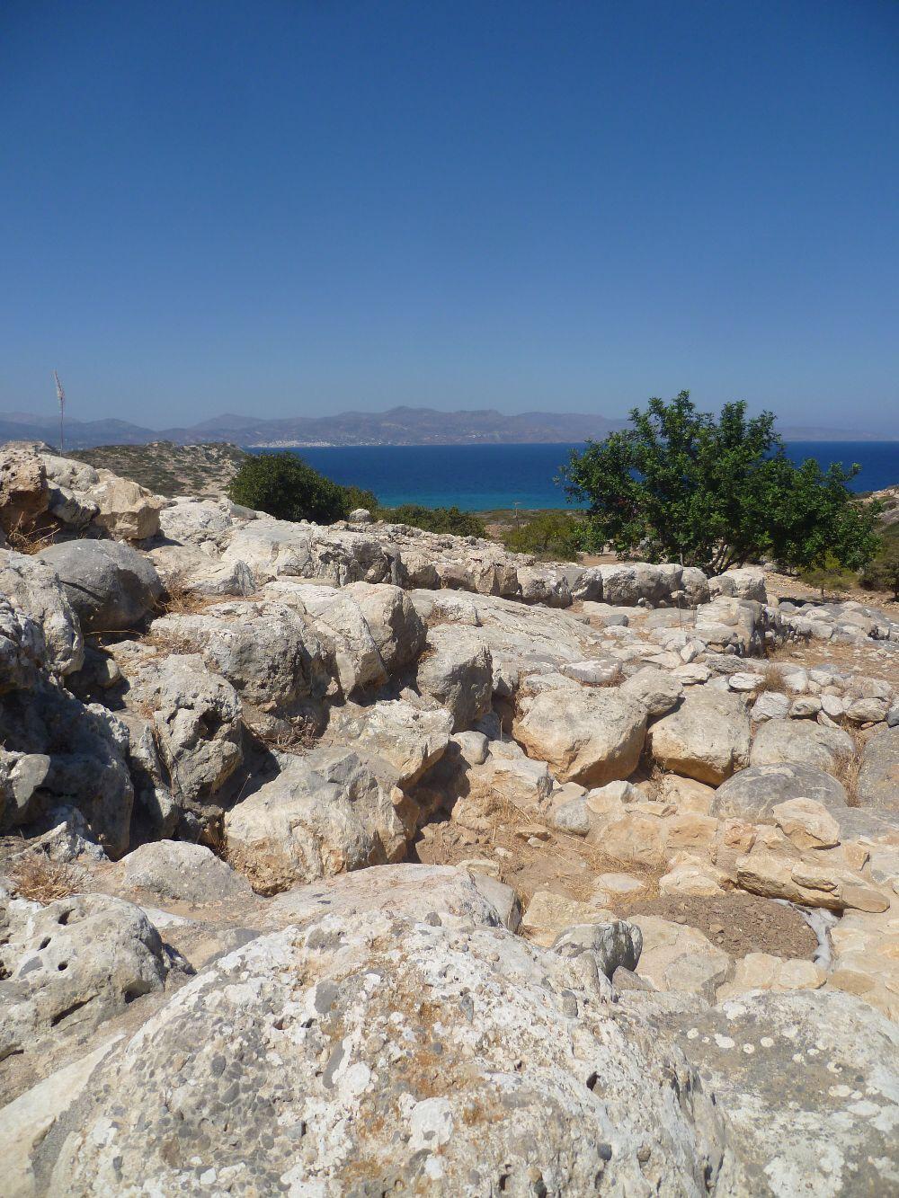 Ganz weit oben ein Foto mit siedlungsteinen Von Gpurnia um Virdergrund um dem Meer weit weit im Hintergrund