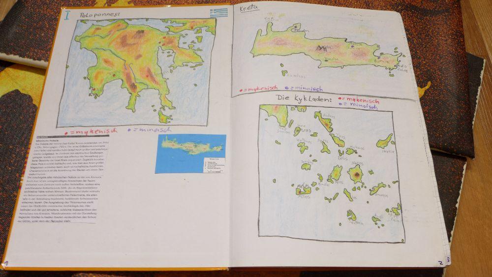Ein Aufgeschlagenes Notizbuch mit Karten von Inseln aus dem Griechischem Mittelmeerraum