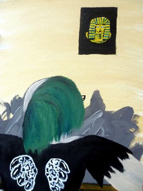 Eine Punkerin mit grünen Iro schaut über ein graues Wirrwar hinweg zu einem Bild von tut anch amun