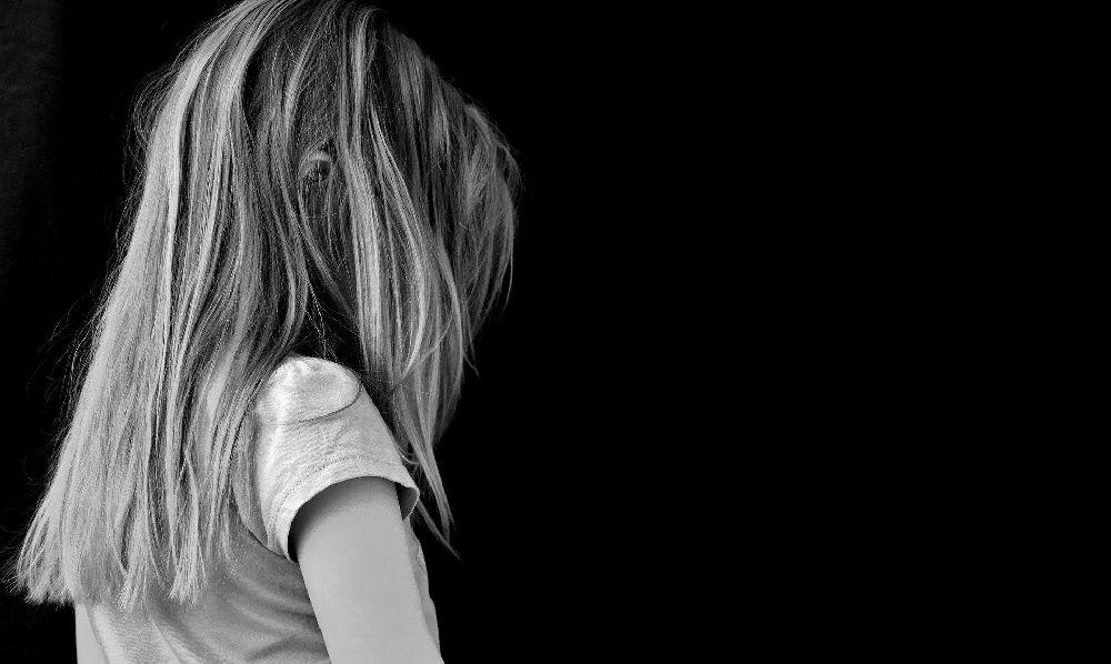 Ein Kind von hintern, es wirkt einsam un allein.