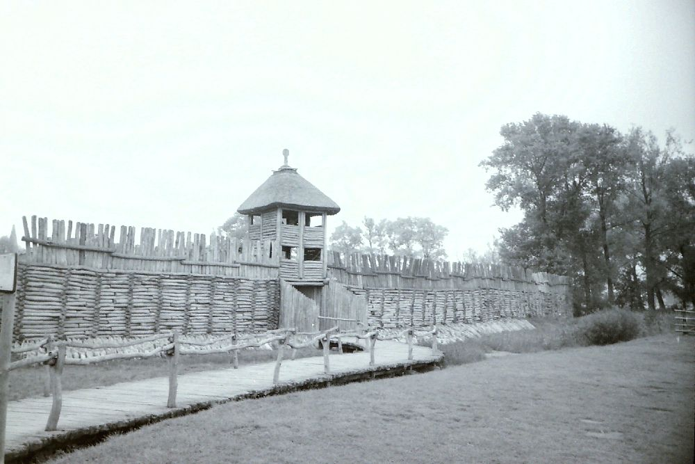 Das Tor der Siedlung Biskupin auf einer Schwarzweisfotographie.