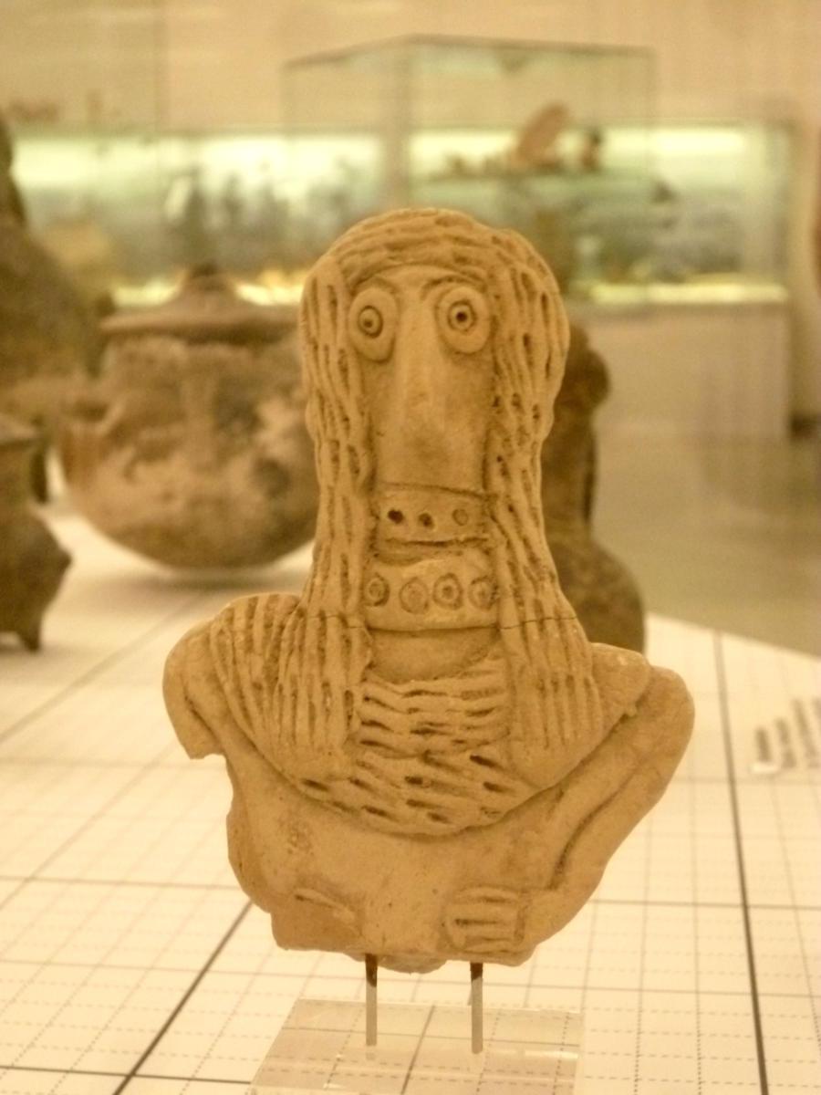 Vogelkopfidol aus Nord Syrien. Es handelt sich um ein weibliches Idol aus Ton, (2100-2000 v. Chr.)