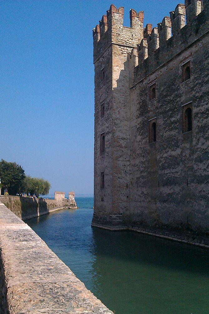 Wassergraben vor der Burgmauer