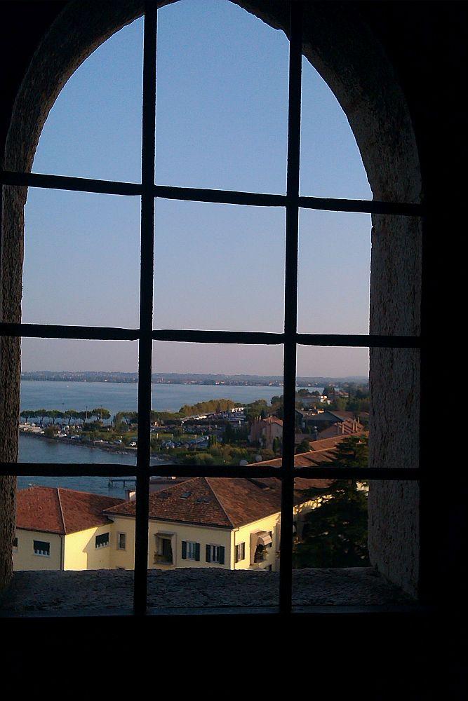 Fensterblick auf die Burgrückseite