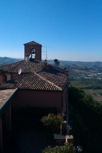 Ausblick über eine alte Kirche