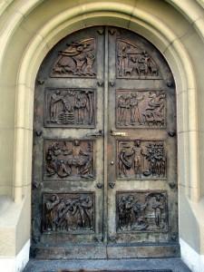 Tür mit Schnizereien