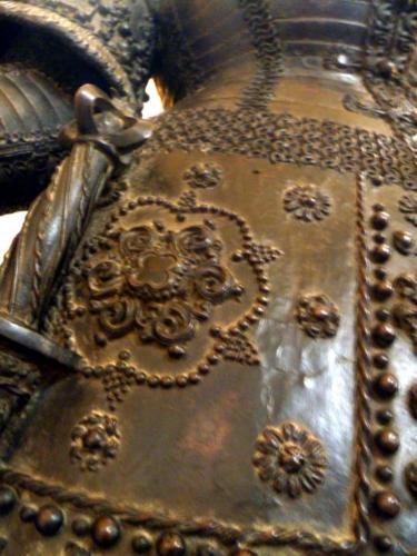 Detailaufnahme. Die Textilien sind mit Zierelementen versehen und diese werden filigran auf jeder eigenen Figur dargestellt.