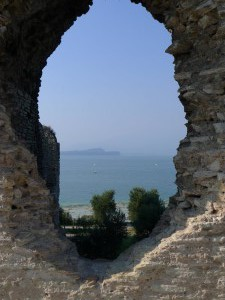 Der See hinter den Ruinen