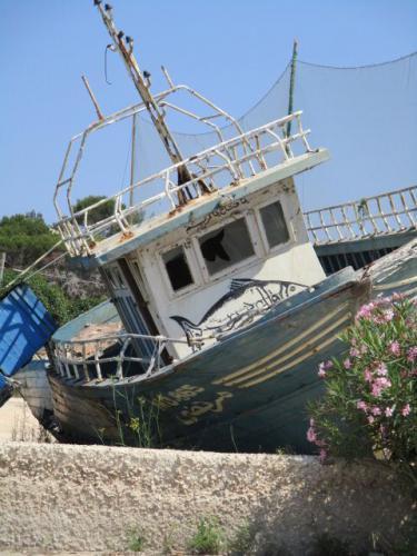 "<a href=""http://www.miss-jones.de/2017/09/20/am-ende-europas/"">Boote in der Wüste</a>"